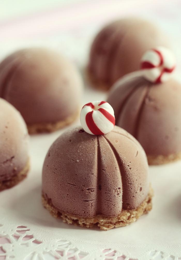 sjokolade ostekake &  pepperkake-nøttbunn og candy canes