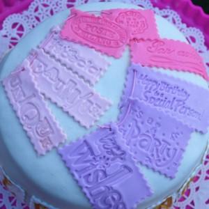 """Marsipan kake """"med små etiketter"""""""