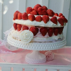 meringue-pistage cake with strawberries
