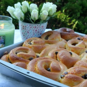 French Vanilla Rolls & passion fruit curd, Raisens