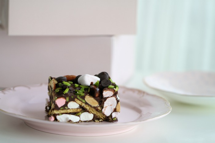 Chocolate crunch cake with marshmallows and pistachios
